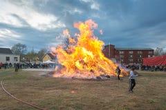 2 дет нагревая mashmallows в огне Valborg Стоковое фото RF