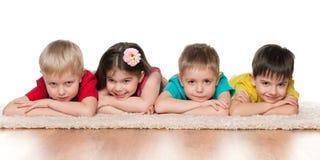 4 дет на белом ковре Стоковая Фотография RF