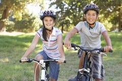 2 дет на езде цикла в сельской местности Стоковые Фото