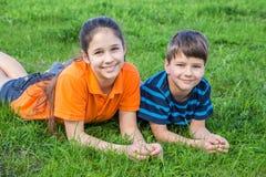 2 дет на зеленой лужайке Стоковые Изображения