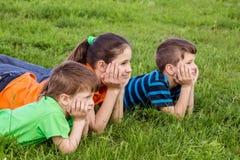 3 дет на зеленом поле Стоковая Фотография