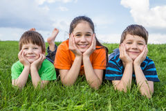 3 дет на зеленом луге Стоковые Фото