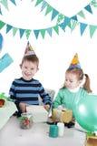 2 дет на настоящем моменте голубой таблицы партии раскрывая Стоковое Фото