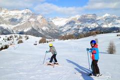 2 дет на осуществляемом лыж Стоковые Изображения