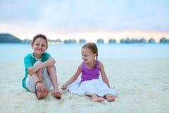 2 дет на тропическом пляже курорта Стоковые Изображения