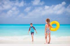2 дет на тропическом пляже Стоковое Фото