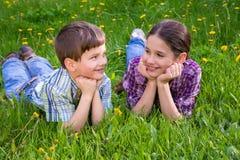 2 дет на луге зеленой травы Стоковая Фотография RF