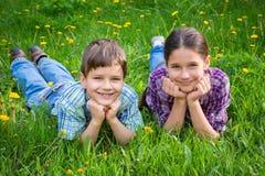 2 дет на луге зеленой травы Стоковые Изображения RF