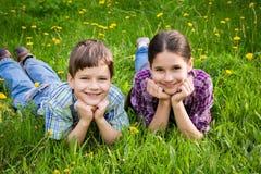 2 дет на луге зеленой травы Стоковое Изображение RF