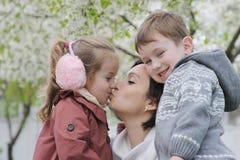 2 дет обнимая их мать Стоковые Фото