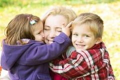 2 дет обнимая мать Стоковая Фотография RF