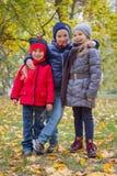3 дет обнимая среди осени Стоковые Фото