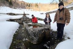 3 дет около большого монументального фонтана с холодной водой Стоковые Фото