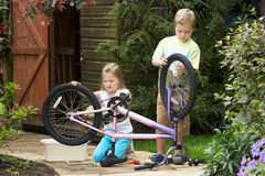 2 дет очищая велосипед совместно Стоковые Фото