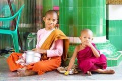 2 дет одетого как буддийские монахи, Мьянма Стоковое Фото
