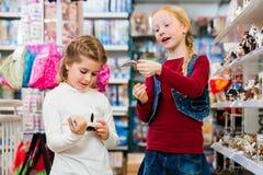 2 дет покупая игрушки в магазине игрушек Стоковое Изображение