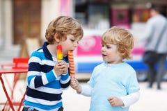 2 дет подавая один другого с мороженым Стоковые Фотографии RF