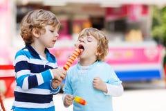 2 дет подавая один другого с мороженым Стоковые Фото