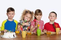 Дети празднуют день рождения на таблице Стоковая Фотография RF