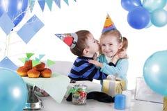 2 дет празднуя день рождения на таблице партии Стоковая Фотография