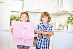 2 дет представляют подарок и торт Стоковое Изображение RF
