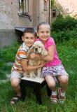 2 дет представляя с собакой Стоковое Фото