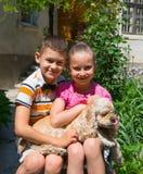 2 дет представляя с собакой Стоковые Фото