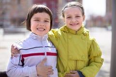 2 дет представляя outdoors весной Стоковое Изображение RF