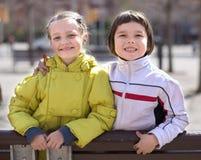 2 дет представляя outdoors весной Стоковая Фотография RF