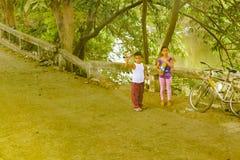 2 дет приближают к реке, району Guayas, эквадору Стоковая Фотография
