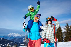 2 дет при мать наслаждаясь каникулами зимы Стоковое Изображение RF