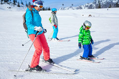 2 дет при мать наслаждаясь каникулами зимы Стоковые Фото