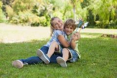 2 дет при pinwheels играя на парке Стоковые Фото