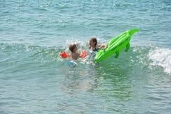 2 дет плавают в море с крокодилом - воздушным матрасом Стоковые Фотографии RF
