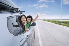 2 дет развевая руки в автомобиле Стоковое фото RF