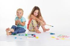 2 дет рисуют изображения красками Стоковые Фото