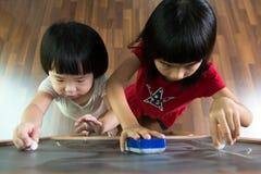 2 дет рисуя на классн классном Стоковое Изображение RF