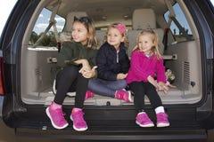 3 дет сидели в заде автомобиля Стоковая Фотография RF