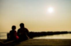 2 дет сидят на пляже в стиле нерезкости Стоковые Изображения