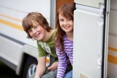 2 дет сидя в входе RV Стоковое фото RF