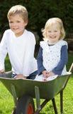 2 дет сидя в тачке Стоковая Фотография RF