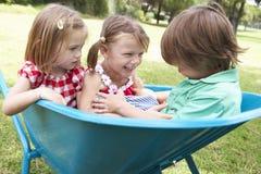 3 дет сидя в тачке Стоковая Фотография