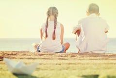 2 дет сидя задняя часть пляжа Стоковые Фотографии RF