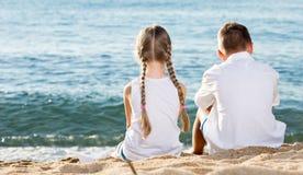 2 дет сидя задняя часть пляжа Стоковая Фотография RF