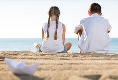 2 дет сидя задняя часть пляжа Стоковые Изображения