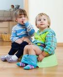 2 дет сидя на ночных горшках Стоковые Изображения RF