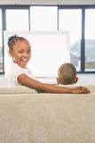 2 дет сидя на софе Стоковое Изображение RF