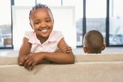 2 дет сидя на софе Стоковое Изображение