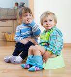 2 дет сидя на суднах Стоковое Изображение RF