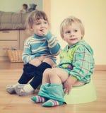 2 дет сидя на суднах Стоковое Фото